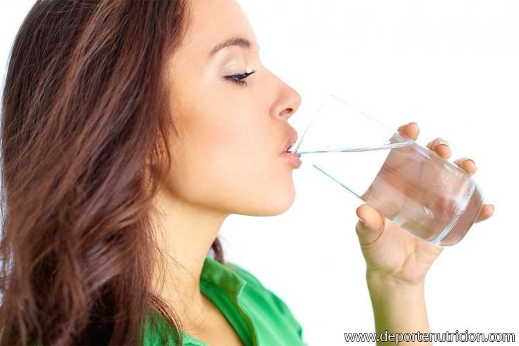 los beneficios de beber agua para perder peso